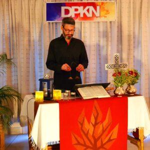 Prädikant und Mitglied des GKR Procolino Antacido feiert eine Abendandacht in der Wohnzimmerkirche